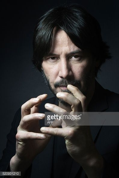 Canadian actor, producer, director and musician Keanu Reeves poses in Paris on April 12, 2016. / AFP / JOEL