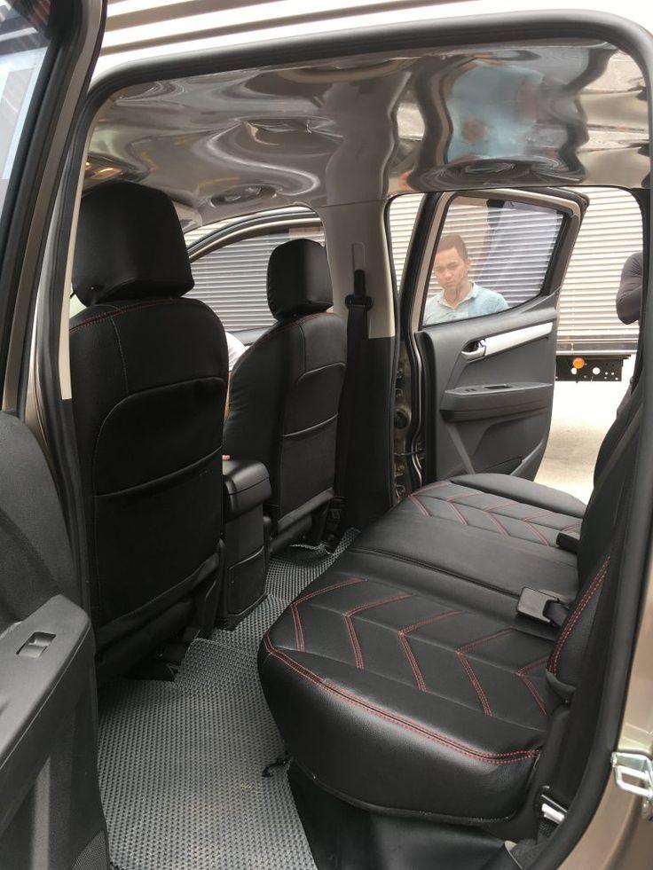 Dọn nội thất ô tô sau khi bọc ghế da hoàn thành. Khách kiểm tra lần cuối để nhận xe ISUZU DMAX