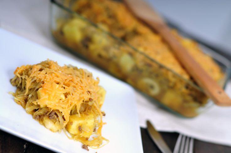 Dit is een zuurkoolschotel zonder aardappelen! Zuurkoolschotel met banaan en ananas. En daarnaast gehakt, flink wat kerrie en geraspte oude kaas, lekker!