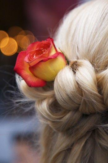 Blumen als Haarschmuck können wunderschöne Akzente in der Brautfrisur setzen. #brautfrisur #brauthaarschmuck #haarschmuck