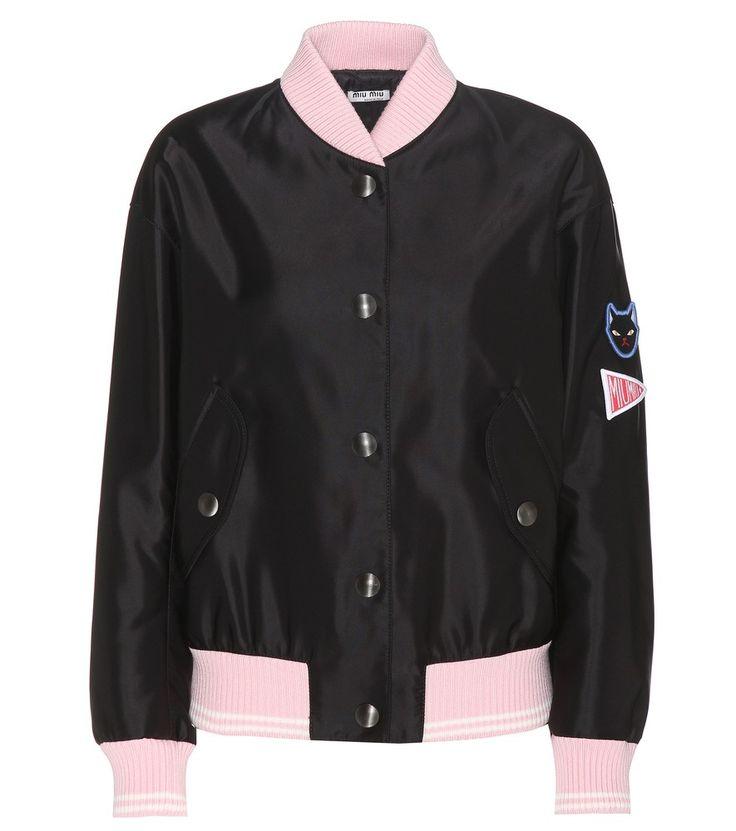 Miu Miu - Bomber in raso - La giacca varsity riceve la firma di Miu Miu nei dettagli rosa degli orli che accompagnano la silhouette in raso nero chiusa da bottoni a pressione. Indossatela con top, minigonna e tronchetti per rifinire il look con un tocco preppy. seen @ www.mytheresa.com