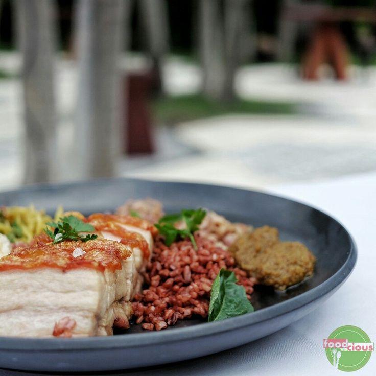 Food Blog Bali  #Food: Babi Guling ala Hu'u #Delicious: 3/5 #Foodcious: Babi guling disini agak berbeda dengan yang ada pada umumnya, dari potongan daging babi nya sendiri mirip dengan chinese pork belly dengan kulit yang sangat garing; disajikan dengan lawar, sambal matah, kerupuk kulit dan biar lebih sehat dimakannya dengan nasi merah ••• ••• ••• @huubali  Rp 128k  Jl. Petitenget ••• ••• ••• #BabiGuling #BerasMerah