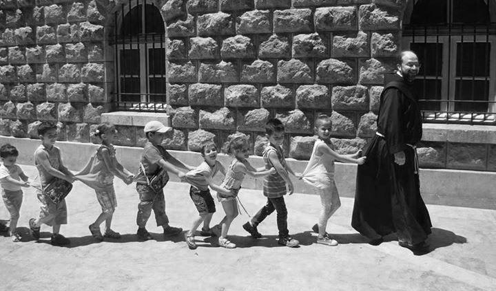 Campi estivi, animazioni, feste per bambini e luoghi di studio per cristiani, musulmani, curdi. Ecco come un frate sfida il conflitto a due passi dal fronte