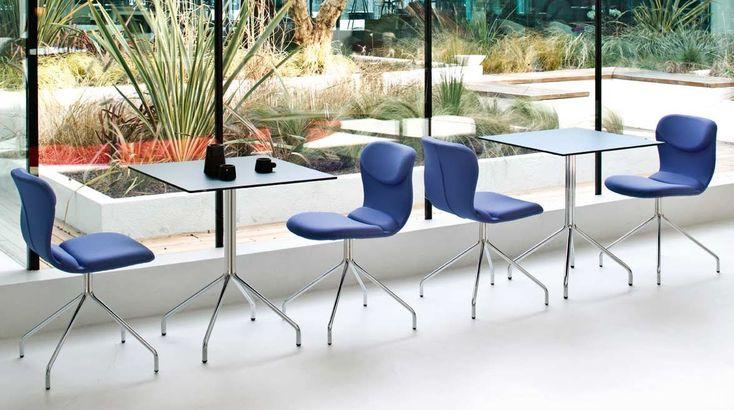 Sedia bar Italia, disegnata per l'arredo bar o ristorante. Sedia realizzata con tessuto elastico e la struttura cromata. Sedia comoda e dal design originale