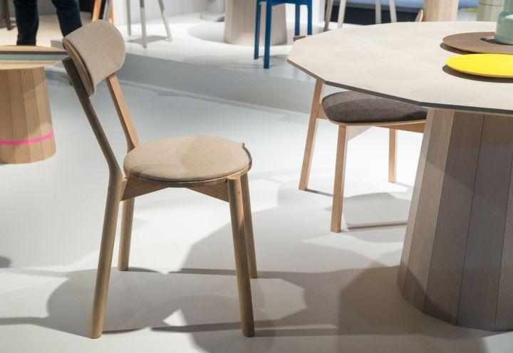 Karimoku New Standard ha presentato a Colonia anche una nuova versione imbottita della Castor Chair (design Big-Game). Schienale, gambe posteriori e giunzioni sono state attentamente studiate dai tecnici dell'azienda per assicurare stabilità e comfort. Foto di Mathis Wienand