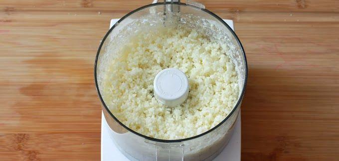 Bloemkoolrijst met gebakken kip  200 gram biologische kipfilet 1 bloemkool 2 rode ui 1 sjalot 1 stukje gember 1 teentje knoflook ½ el verse of gedroogde koriander ½ el paprikapoeder ½ zwarte peper 3 el Tamari Kokosolie om in te bakken Eventueel wat extra zeezout  Gebruik een keukenmachine om de bloemkool fijn te …