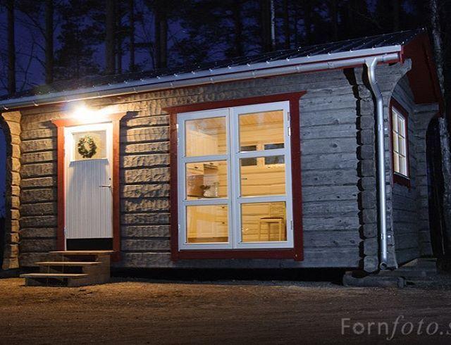 Projekt från förr. Vi gjorde den nyckelfärdig med toa dusch och kök. Sen leverandes den med kranbil till kund. #traditionsbygg #hustimmer #attefallshus #timmerhus #attefall #gävle #hästbo #tinyhouse #tinyhomes #tinyliving