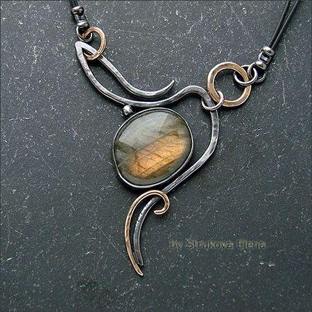 Небольшое, изящное ожерелье с лабрадором из патинированного дочерна серебра и золотистой латуни.