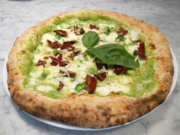 Pizza con crema di broccoli, fiordilatte, peperone crusco e formaggio mandarone, preparata da Michele Leo (Pizzeria Palazzo Petrucci- Napoli)