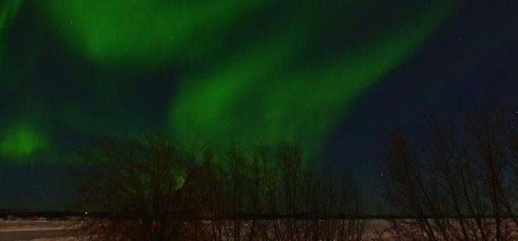 Aurora Boreal bailando en el cielo de Yellowknife, NT, Canada