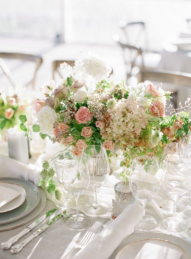 romantic pink and white table arrangements