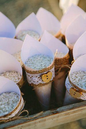 Ιδεες για ρύζι στον γάμο  Χωνάκι με λεπτομέρεια δαντέλα και ξύλινο κουμπί σε σχήμα καρδιάς