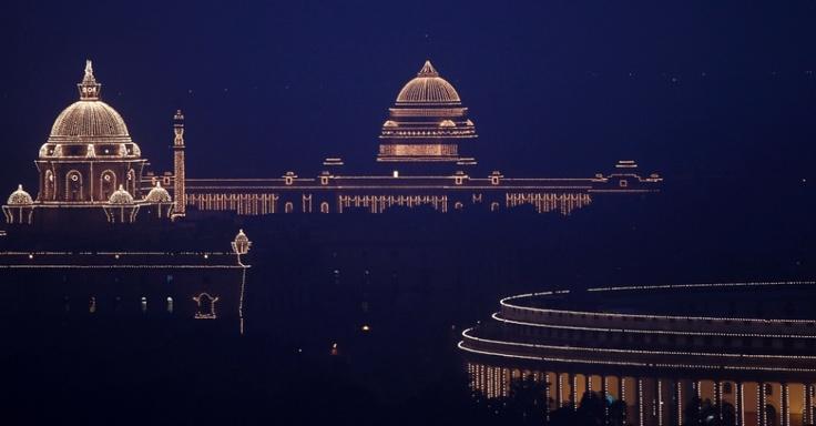 28/01/2013 - ÍNDIA - Palácio presidencial da Índia (no fundo, à esquerda) e Palácio do Parlamento (à direita) são iluminados na noite desta segunda-feira (28), em Nova Déli, na Índia, para marcar o fim das celebrações do Dia da República no país. Mustafa Quraishi/AP.