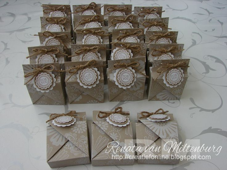Traktatie doosjes / Treat boxes by Renata van Miltenburg. Stampin' Up: Crumb Cake Cardstock - Mixed Bunch stamp set - Whisper White Inktpad - A Round Array stamp set.