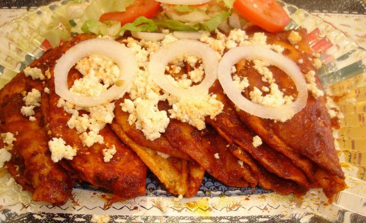 Las enchiladas de jitomate y guajillo con crema y queso fresco