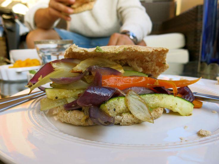 Hjemmelagde Pitabrød med Grillede Grønnsaker & Pesto