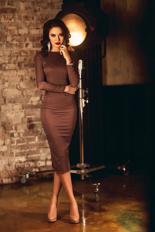Women's fashion | Long sleeves flattering brown dress with tanned pumps. Great dress for work place.
