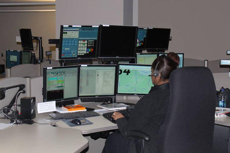 HJELPER I NØD: En ansatt ved 911-sentralen i Sandy Spring tar imot nødsamtaler. Foto: Sandy Spring Police