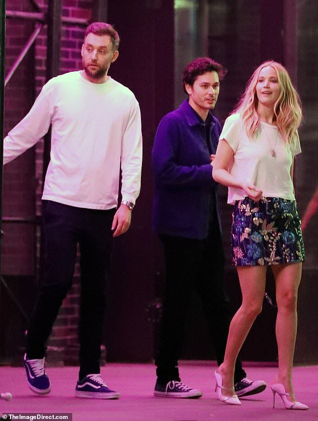 Jennifer Lawrence Enjoys Date Night With Fiance Cooke Maroney In Nyc Jennifer Lawrence Mini Skirts Floral Mini Skirt