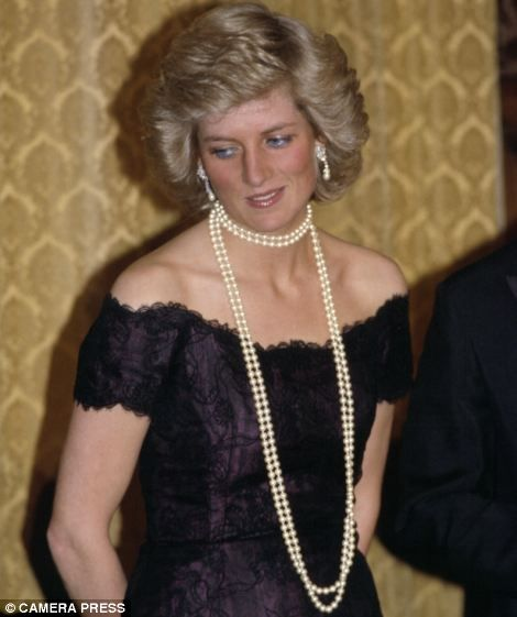 Exhibition | 8. Stylish elegance: The princess wears a Victor Edelstein dress and pearls for a trip to Hamburg in November 1987