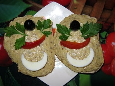 http://retetegg.blogspot.com/2011/01/sandwich-cu-salata-de-vinete.html