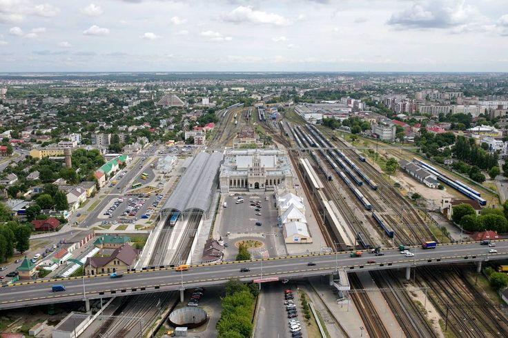 Брестский вокзал - ворота на Запад. А ведь в свое время эта уменьшенная копия московских сталинских высоток была призвана поражать пассажиров, въезжавших в Советский Союз с запада.