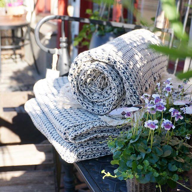Efter regn kommer solsken! 🌦👌🏼☺️☀️ Våra bomullsplädar Ebbe, Ludwig och Elmar passar perfekt som picknickfilt, strandhandduk eller att svepa om sig på ljumma grillkvällar. Dessutom tar de ingen plats i väskan när man rullar ihop dem! Den ultimata sommarfilten helt enkelt! Finns i flera färger och mönster. 🍓😊☀️ #strömshaga #stromshaga