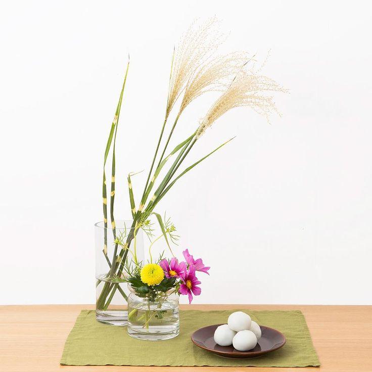 「今年の十五夜は9/27(日)。お月見は、満月の美しさを楽しむだけではなく、その年の収穫を感謝する行事でもあります。ススキや、満月に見立てたピンポンマム、秋の花とともにお月見を楽しみましょう(ネット限定商品)。 Otsukimi - Viewing the Moon - : Otsukimi is a…」