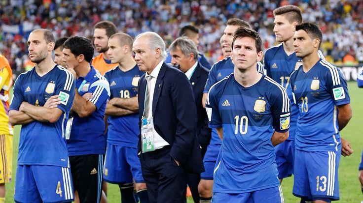 Alemania frustró el sueño de una Selección que dejó todo  Mario Götze, a ocho minutos de los penales, selló el 1-0 que consagró campeones mundiales a los teutones en Brasil. Pese a una deslucida actuación de Messi, el equipo nacional se paró bien en el Maracaná y tuvo chances para ganarlo, pero el rival llegó más entero al alargue y marcó la diferencia. El árbitro italiano Rizzoli no sancionó un aparente penal que le cometieron a Higuaín. http://mundial.popular.tv/noticias/1019-