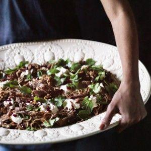 Rezept von Rob & Sophia Palmer: Langsam gegarte Lammschulter mit Labneh, Walnüssen und Granatapfel