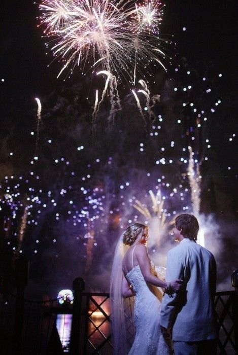 Una idea para una boda fuera de lo común, los fuegos de artificio brindan un espectáculo único y son el escenario perfecto para fotografías de boda!!!