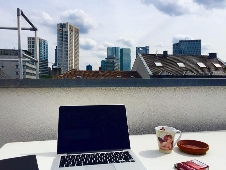 Sonniger Arbeitsplatz mit Blick auf die Frankfurter Skyline - so lässt sich der Homeoffice-Tag aushalten.  WG-Zimmer in Frankfurt am Main. #Frankfurt #flatshare