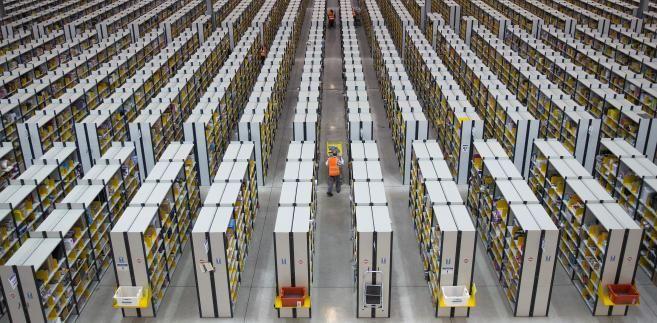 """Chiński gigant e-handlu, firma JD, pracuje nad uruchomieniem w Pekinie w pełni zautomatyzowanych i niewymagających obsługiwania przez ludzi centrami dystrybucji - informuje chiński rządowy """"Dziennik Ludowy""""."""