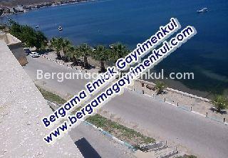 İzmir dikili çandarlı da satılık merkezde denize 0 çarşı içinde teraslı çatı katı daire 3/3 2+1 90 m2.