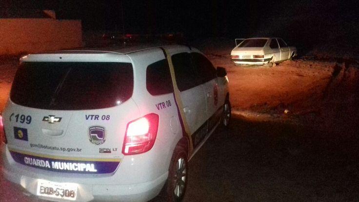 GCM registra furto de rodas de veículo - Na noite desta segunda-feira (3), o inspetor Paes e o GCM Ronaldo, localizaramum veículo sem as 4 rodas. O carro estava abandonado em um local de terra no bairro Convívio. O caso foi registrado durante patrulhamento preventivo, sendo que a vítima ainda não tinha feito boletim de ocor - http://acontecebotucatu.com.br/policia/gcm-registra-furto-de-rodas-de-veiculo/