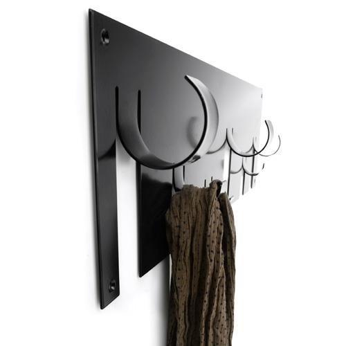 De Born in Sweden Wandkapstok is een minimalistische kapstok en bestaat uit een geheel. De zes ophanghaken lijken op te krullen en hangen dus op verschillende hoogtes, wat voor een speels effect zorgt. De kapstok is gemakkelijk uit te breiden.