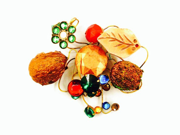 Spilla ramages , autunnale con veri gusci di noci ed elementi d'epoca . Euro 80,00 Floral spray brooch, autumn with real walnut shells and period features.  € 80.00 Broche de pulvérisation floral, automne avec des coquilles de noix réels et éléments d'époque.  € 80,00