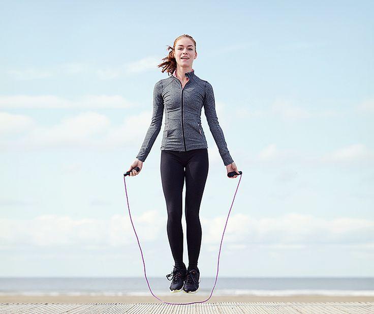 Pamiętacie zabawy ze skakanką w dzieciństwie? Warto do tego powrócić, regularne skakanie to pomysł na sporo ruchu. Możecie trenować w domowym zaciszu, na siłowni, a jak się ociepli również na świeżym powietrzu.