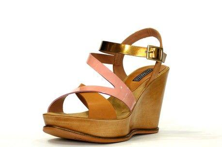 Sandalia cuña ultraligera de la marca doralatina en tiras cruzadas color camel, rosa y pulsera de cierre con hebilla en color bronce. Altura 10 cm.