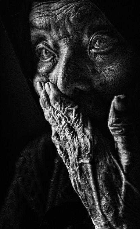 Curiosidad en un rostro cansado... ni los años vividos, ni la experiencia acumulada restarán el deseo de seguir descubriendo... ni el poder de asombro. Una bella ancianidad es la recompensa de una buena vida...