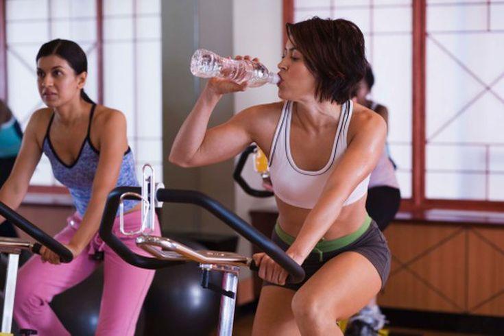¿Cómo puede ayudarte una bicicleta estática a ponerte en forma?. Una bicicleta de ejercicio estática proporciona ejercicios de bajo impacto para que puedas ajustar tu nivel de habilidad. Utilizar una bicicleta de ejercicios durante por lo menos 30 minutos cada día varias veces a la semana puede ...