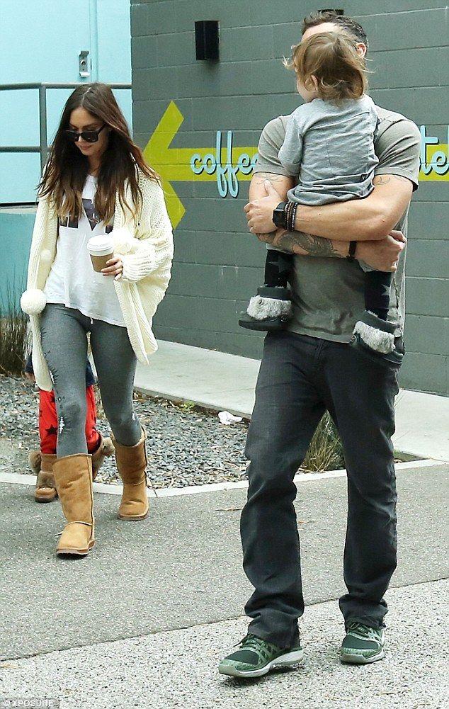 Dejando a un lado sus diferencias: Megan Fox continuó jugando familias felices con su ex esposo Brian Austin Green, ya que disfrutaron de una excursión de Acción de Gracias con sus dos hijos en Los Ángeles, California, el viernes