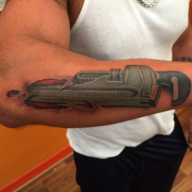 25 unika pipe wrench id er p pinterest metallkonst for Working man tattoo