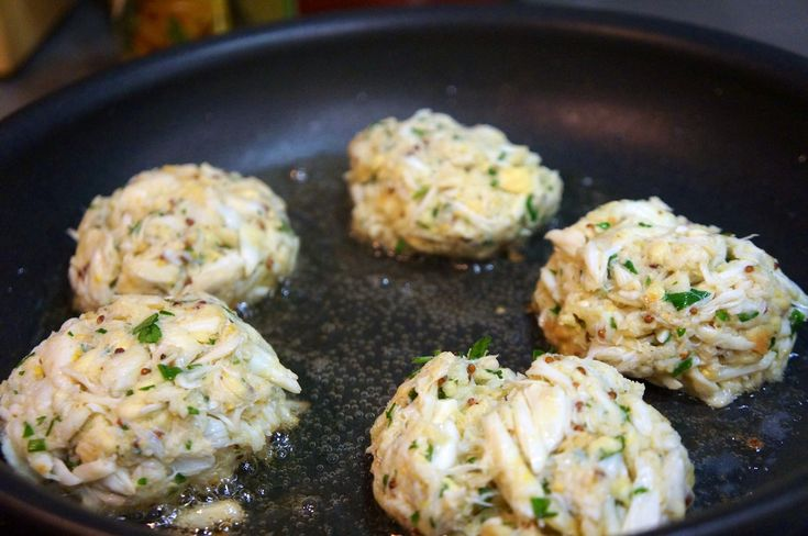 Healthy crab cakes - NO MAYO! These cakes are stuffed full of crab, fresh herbs, and delicious seasoning!