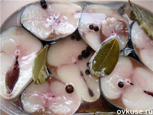 Скороспелая селёдка (скумбрия, сёмга) Необходимо взять около 2 кг свежемороженой сельди или скумбрии, почистить рыбу, порезать кусочками толщиной около 2см и добавить на 1кг рыбы:  1 столовую ложку (без верха) соли, 1 столовую ложку (без верха) сахара, 10шт гвоздики, 2-3 лаврового листа, несколько горошин душистого перца