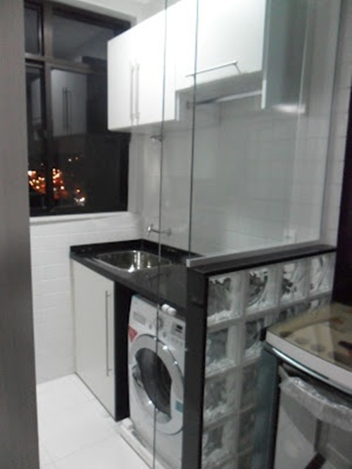 divisória com tijolinho de vidro e box de vidro para dividir cozinha e lavanderia