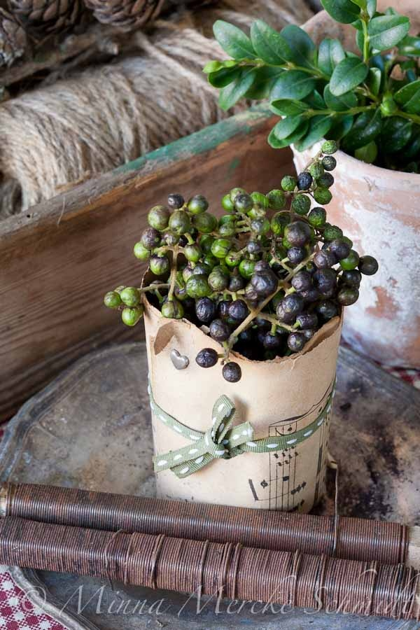 Blomsterverkstad: Privet berries as a table top decoration.