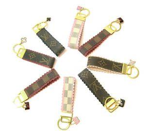 Louis Vuitton upcycled sleutelhanger! Gouden Toon hardware! Met bling charme! Sleutelhanger! LV Monogram! LV Damier! Lederen sleutelhanger! Tas charme!