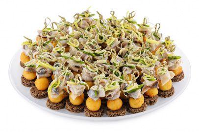 Закуски   Мини тостики из ржаного хлеба с норвежской сельдью, дижонской горчицей, картофельными крокетами, луком порей.