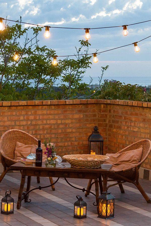 Serata romantica su rooftop al lume di candele e lanterne led nere in stile urban metropolitano